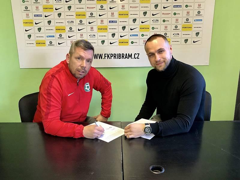 PODPIS SMLOUVY. Pavel Horváth se stal novým trenérem Příbrami. Smlouvu podepsal po boku ředitele klubu Jana Starky.