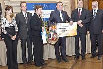 STAROSTA Petrovic Petr Štěpánek (uprostřed) při přebírání ocenění v prostorách Parlamentu České republiky.