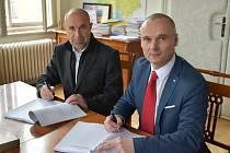 Starosta Jindřich Vařeka (vlevo) a ředitel firmy Arriva Střední Čechy František Soumar při podpisu nové smlouvy.