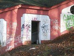 Svatohorské schody ničí vandalové.