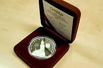 Příbram vydala stříbrné pamětní medaile k 800. výročí města.