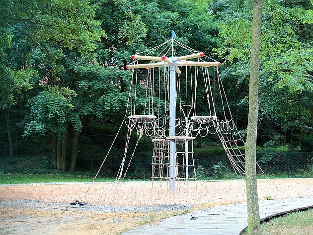 Nové lanové centrum na hřišti vedle Q-klubu na Rynečku v Příbrami už mohou využívat děti. Radnice nové prvky označila za bezpečné.