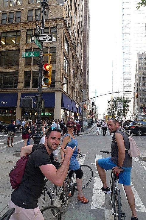 Celá rodina po Manhattanu na kole.