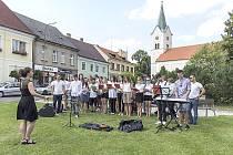 MEZINÁRODNÍ zpívání ve Strnadovském mlýně se neslo v sedmi jazycích.
