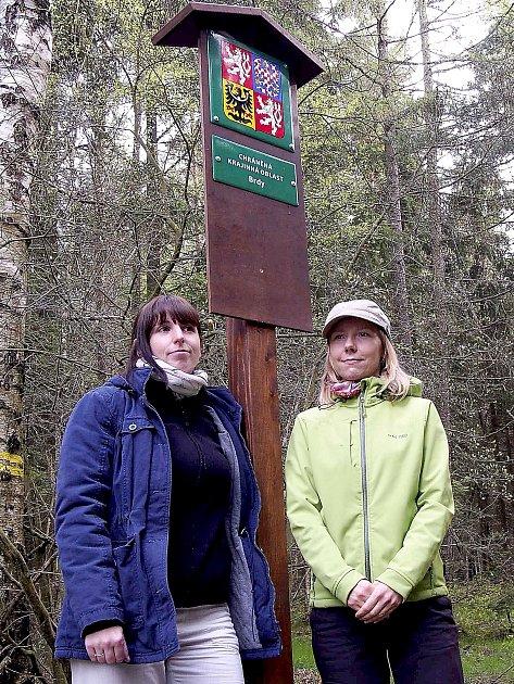 Uhistoricky prvního hraničníku jsou pracovnice Správy CHKO Brdy Lucie Kastnerová (zleva) a Kateřina Urbanová Mojsejová.