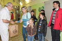 Lidé z Bratkovic obdarovali malé pacienty příbramské nemocnice.