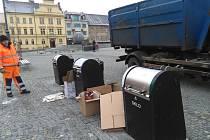 S nešvarem ukládání odpadu mimo kontejnery se Technické služby města Příbrami setkávají denně.