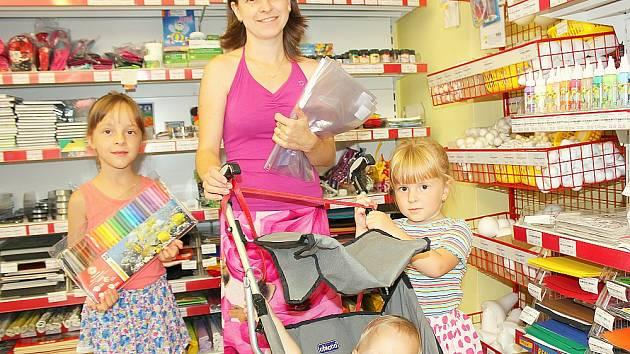 Bětuška (na snímku s maminkou Danielou a sourozenci Barunkou a Matýskem z Rosovic) při dokupování drobností.