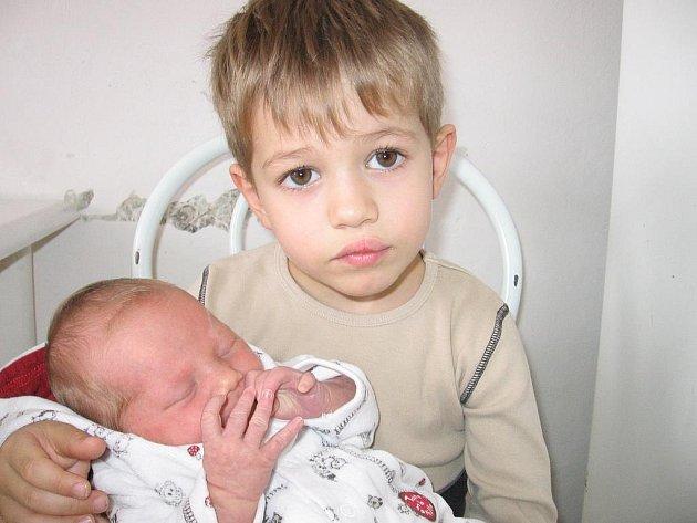 Čtyřletý Matěj bude ochraňovat sestřičku Moniku Machovou. Ta se mamince Věře a tatínkovi Tomášovi z Příbrami narodila ve čtvrtek 22. října a u jména má z toho dne zapsánu váhu 3,30 kg a míru 49 cm.