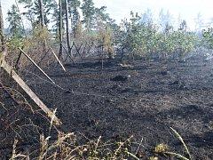 Požár zachvátil lesní porost u obce.