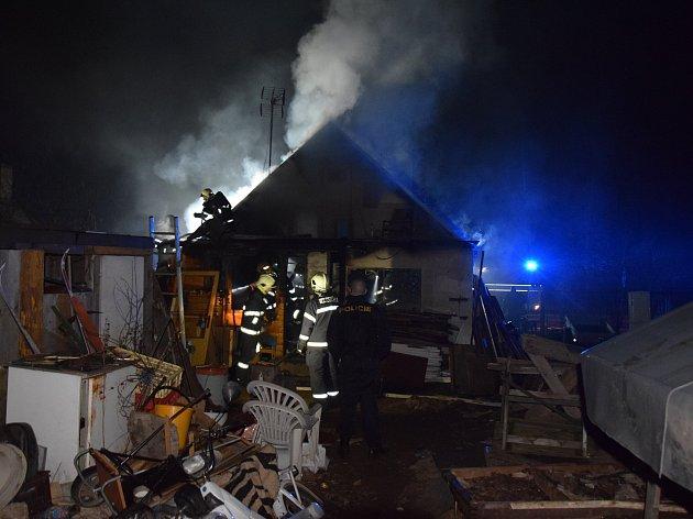 Požár zničil chatu v zahrádkářské kolonii v Příbrami Brod.