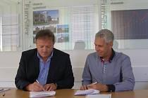 Jednatel společnosti Miroslav Gjašik (vlevo) a předseda klubu Daniel Rosenbaum při podpisu smlouvy.