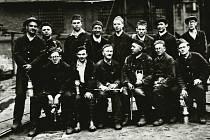 Snímek z června 1939 během studentské praxe v dolech. Jsou zde některé z pozdějších obětí zatýkání.  Stojící 3. zprava Josef Stejskal, sedící zleva Rudolf Menšík a Zdeněk Köck, zcela vpravo Jaromír Matušek, všichni odvlečení do Sachsenhausenu.