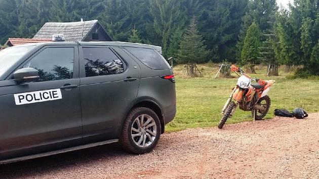 O víkendu policie v Brdech řešila tragickou nehodu cyklisty a nepovolený vjezd motorky do chráněné krajinné oblasti.