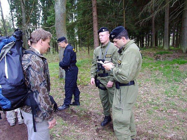 Vojenská policie stále hlídá příjezdové cesty ke kótě
