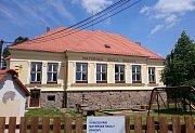 Mateřská škola v Drhovech byla poprvé otevřena v roce 1977. Po dvacetileté pauze se však díky aktivitě vedení obce schyluje k jejímu zdárnému znovuotevření.