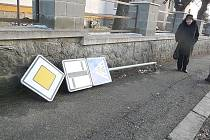 Ilustrační foto. Vandalové v Mnichově Hradišti vyvrací nejen dopravní značky.