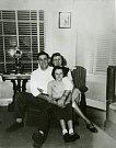 Americký letec Newton B. Parker s rodinou na poválečném snímku, který poslal s projevy díků rodině svých zachránců, Pařízkovým do Tochovic.
