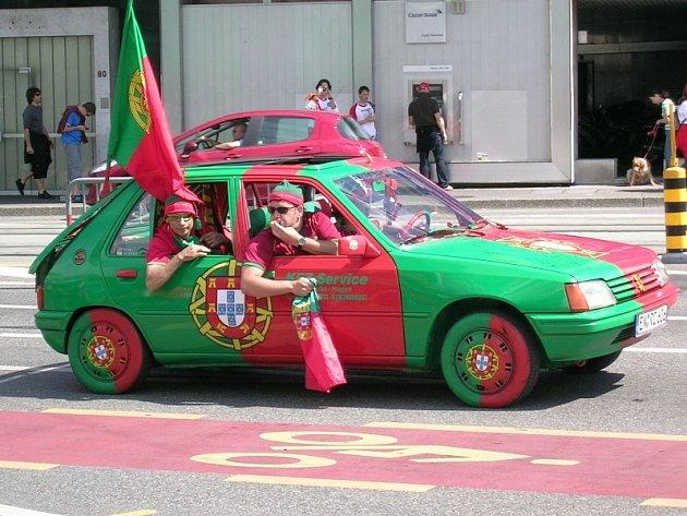 I tohle auto v národních barvách Portugalska viděli čeští fanoušci, kteří přijeli do Švýcarska fandit na utkání ČR - Portugalsko.