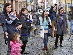 Mezinárodní týden nošení dětí v Pražské ulici v Příbrami.
