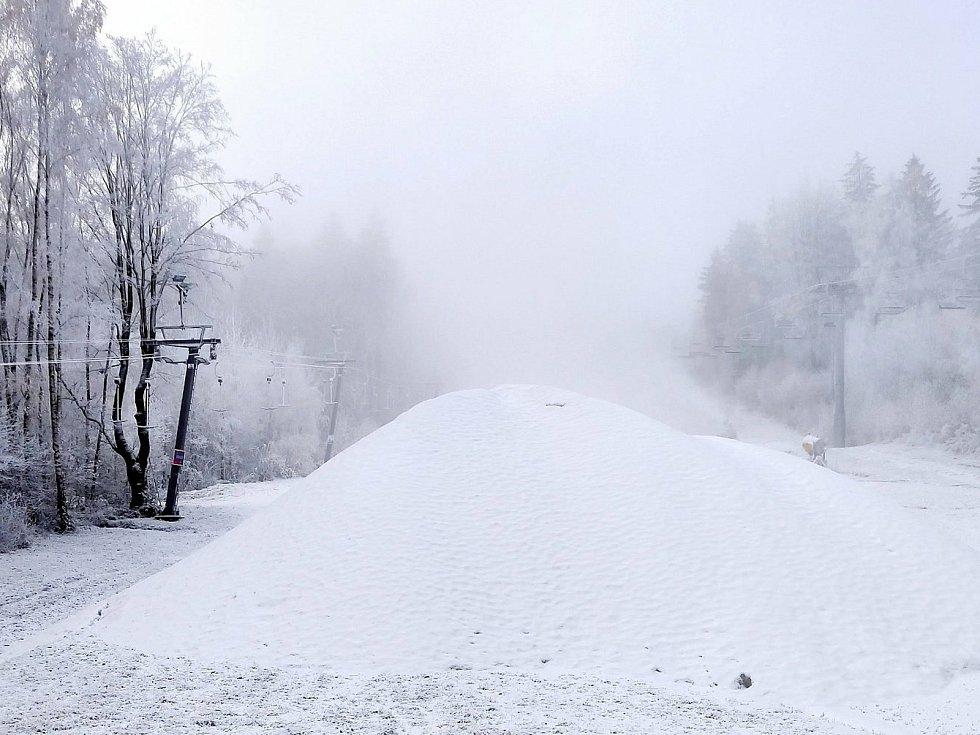 Na Monínci začali s výrobou sněhu už v říjnu. Díky speciální technologii, která umožňuje vytvářet sníh i při teplotách nad nulou.