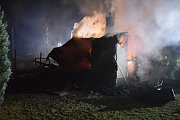 Chatu na Slapech plameny zcela zničily.