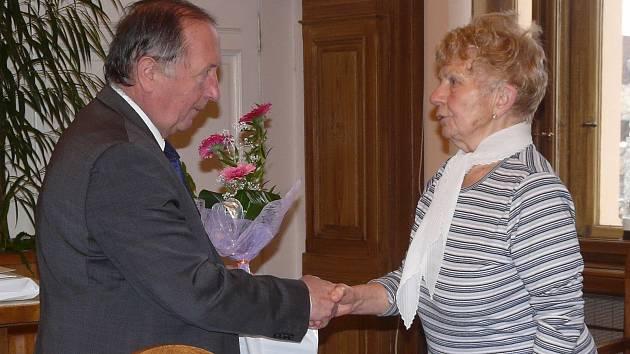 Jiří Burian poděkoval Miluši Pávové za to, že vede městskou kroniku nepřetržitě 45 let.