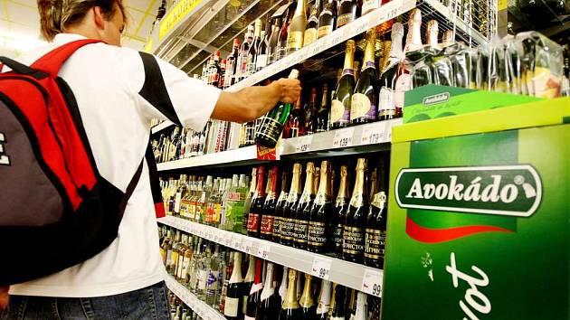 Zloději, kteří se vloupali do prodejen, kradli především alkohol a cigarety.