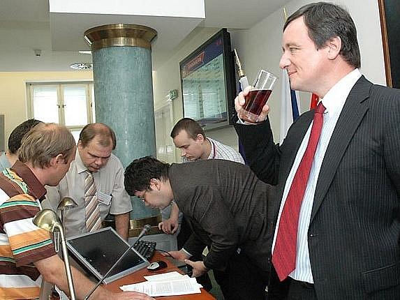 Odvolat středočeského hejtmana Davida Ratha se v úterý na jednání krajského zastupitelstva neúspěšně pokusila středočeská ODS v čele s Rathovým předchůdcem Petrem Bendlem. Občanští demokraté ale nenašli dostatek hlasů.
