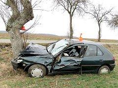 Nehoda z 12. března v Horčápsku. Řidič sledoval navigaci, kýchl a vyjel mimo silnici. Z nehody vyvázl s lehkým zraněním.