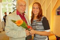 Oceněn byl i známý příbramský lékař MUDr. Vlastislav Páca, byl vyznamenán zlatým křížem III. třídy. Na fotografii s příbramskou místostarostkou Alenou Ženíškovou.