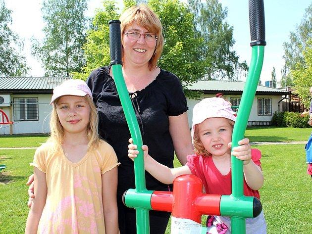 DEN DĚTÍ v Rožmitále se konal už v neděli. Na snímku si bohatého programu užívá zleva devítiletá Monika s maminkou Oldřiškou a sestrou Natálkou z Hvožďan.