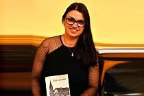 Jindřiška Rosenbaumová se svou knihou Židé v Dobříši.