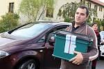První den krajských voleb. Komisaři v Jincích míří s urnou za voličem domů.