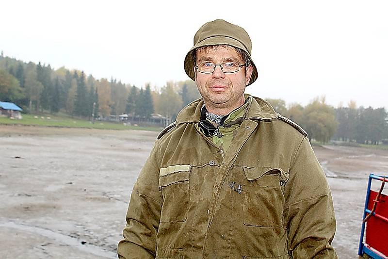 Podzimní výlov Nového rybníku v Příbrami. Hospodář příbramských rybářů Tomáš Jarolímek.