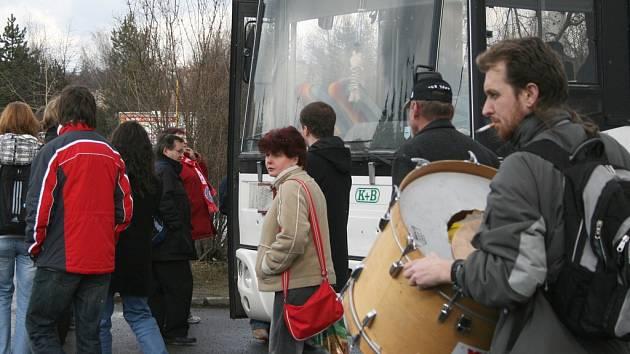 Fanoušci Vavexu Příbram při odjezdu na rozhodující pátý zápas.