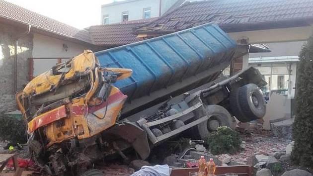 Nákladní automobil prorazil zeď domu v Sedlčanech.