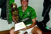 Milan Mišun v dresu Celticu Glasgow a vítěznou trofejí z jednoho z turnajů.