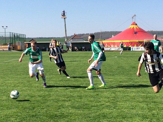 V duelu dvou nejlepších celků OP Příbramska mezi Novou Vsí a Dobříší B běží k míči domácí Miroslav Durdil (vlevo) a za ním hostující Martin Liška. V zeleném přihlíží Tomáš Moravec.