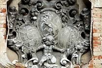 Ze střechy pivovaru v Březnici brzy zmizí vzácné sochy.
