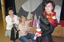 NEJOBLÍBENĚJŠÍ loutkou Jany Roškotové (vlevo) je král a čert, Anny Nádvorníkové je prý nyní Kordulka a Jany Durďákové (vpravo) Kašpárek.