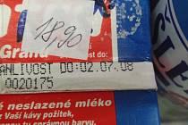 Prošlé zboží v prodejně s potravinami v Příbrami. Mléko do kávy tam už skoro dva měsíce nemělo co dělat.