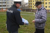 Policisté rozdávali v Příbrami chodcům reflexní pásky.