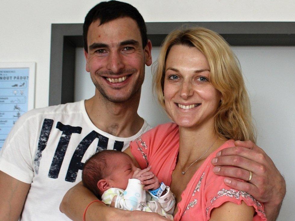 VOJTĚCH NYTRA se narodil v úterý 3. října s váhou 3,97 kg a mírou 53 cm rodičům Iloně a Jiřímu z Dubence.