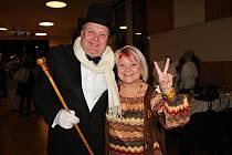 Ochotnický ples byl plný skvělých masek a návštěvníci se opravdu bavili. Starosta Petrovic Petr Štěpánek s dcerou ochotně zapózovali.