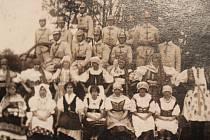 Účastníci hasičského cvičení v Krámech a krojované ženy.