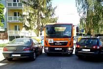 Průjezd hasičské techniky na sídlišti v Rožmitále pod Třemšínem.