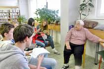 HLOUČEK  pozorných posluchačů měla na svém stanovišti také Milada Bosáková, která 2. světovou válku prožila na Sedlčansku.