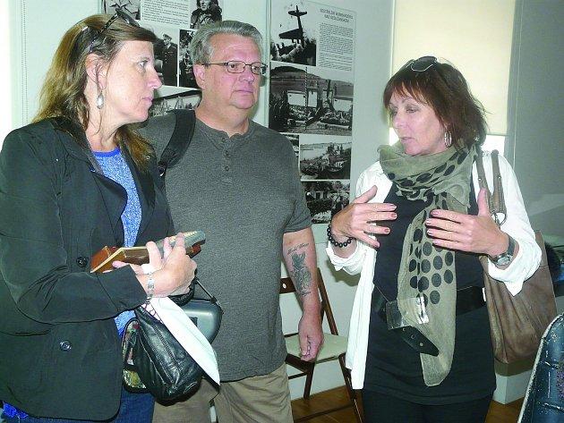 """AMERICKÝ návštěvník Bryan s manželkou Ráelynn (vlevo) a překladatelkou přijel splnit poslední přání """"svého druhého otce."""""""