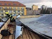 Silným větrem utržená část střechy na tělocvičně dobříšské základní školy.